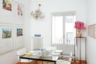 In sala da pranzo: Installazione luminosa di Flavio Favelli. La lampada chandelier è rivisitata attraverso l'insolita utilizzazione di coppette da macedonia. Sulla parete di sinistra una serie di Schifano