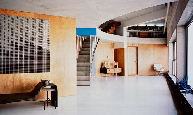 Due livelli comunicano grazie a una scala di cemento delimitata da cinghie bianche e azzurre