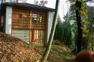 La costruzione nei boschi di Cormòns sfrutta un leggero dislivello del terreno per disporre di un accesso diretto verso l'esterno su entrambi i piani. Le spalliere perimetrali ricordano quelle dei fenili