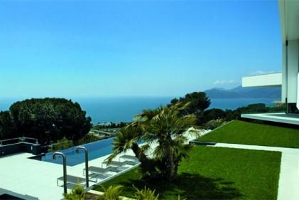 La grande piscina riscaldata a sfioro di 20x4 metri è circondata dalla pool beach