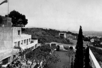 Il terrazzo centrale del giardino cubista progettato da Gabriel Guévrékian