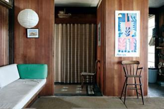 Il grande salotto dove gli Hatch ricevevano gli amici durante l'estate. Le loro feste erano famose in tutta Cape Cod. Le pareti di legno portano i segni della salsedine e delle intemperie che d'inverno avvolgono la casa
