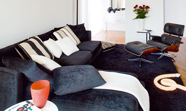 L'ampio living accoglie il divano Long Island in cotone rasato (Flexform) e la chaise longue con pouf di Vitra