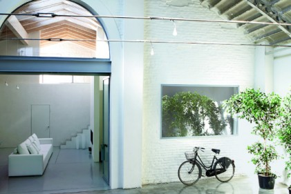 Un giardino d'inverno introduce all'ampio open space della zona giorno. Il camino è stato realizzato su disegno dell'architetto da F.lli Dal Cero