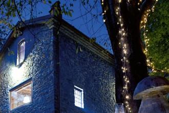 All'esterno la casa è una festa di luci: sull'albero