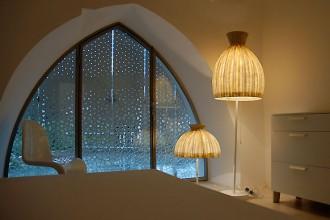I tipici archi presenti negli interni hanno ispirato la forma delle vetrate dell'abitazione