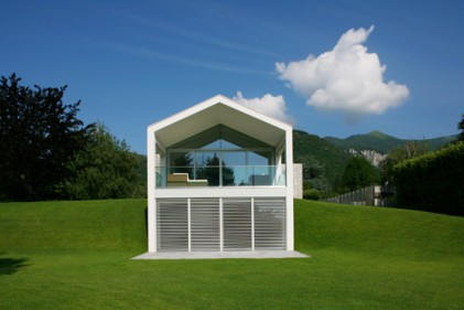 La villa progettata da Marco Castelletti a Crevenna (Como). Nella facciata a doppia altezza è stata ricavata una loggia con terrazzo aperta su tre kati che guarda verso le Prealpi
