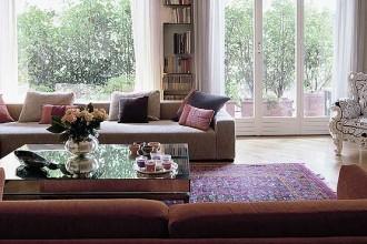 Rimandi e contrasti per il living: il divano di recupero
