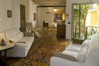 La casa romana di Paola Maugini è uno spazio affacciato su un vecchio e fascinoso giardino