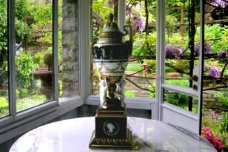 La piccola veranda che affaccia sul giardino è uno degli angoli conservati più fedelmente. Tavolo rotondo con ripiano in marmo di Eero Saarinen per Knoll