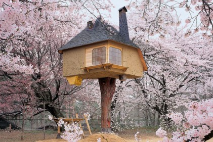 La casa sull'albero Teahouse Tetsu è stata creata da Terunobu Fujimori a Hokuto City