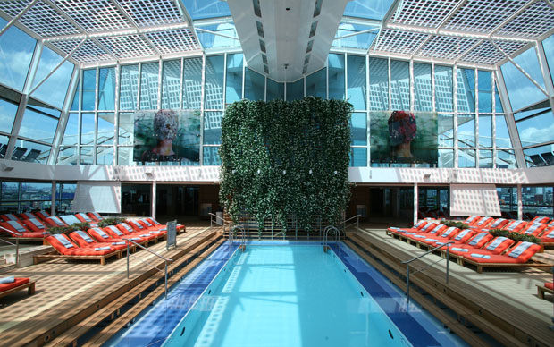 Una delle piscine della nave Celebrity Silhouette e il solarium adiacente al centro benessere