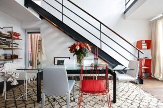 La sala da pranzo al livello inferiore dell'abitazione. molti gli oggetti prodotti da Cerruti Baleri: le sedie d'acciaio cromato Naked