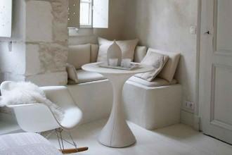 La Plastic Chair RAR disegnata dagli Eames per Vitra: un pezzo di design storico che spicca tra gli arredi dell'appartamento di Annecy