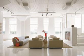 L'ampia e luminosa zona living occupa il piano inferiore del loft ricavato in un ex fabbricato industriale degli anni Venti a San Antonio