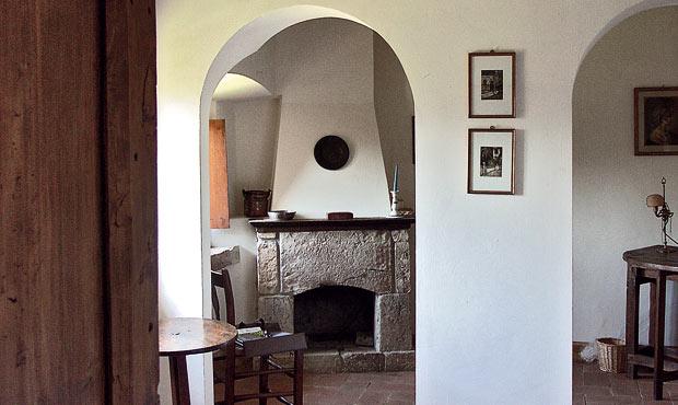 Due arcate collegano la camera delle marine a un salotto con camino d'epoca