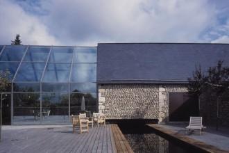 L'architetto francese Rudy Ricciotti ha realizzato una struttura ibrida trapiantando elementi moderni in una fattoria in mattoni risalente al diciannovesimo secolo