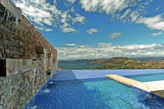 La piscina a sfi oro di casa Ciel Azul