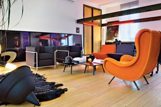 Odile Decq e una visione d'insieme nella zona giorno del suo appartamento parigino. Una putrella a forma di cornice