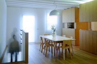 La zona pranzo con la scala che collega l'abitazione all'ingresso. Nella zona pranzo