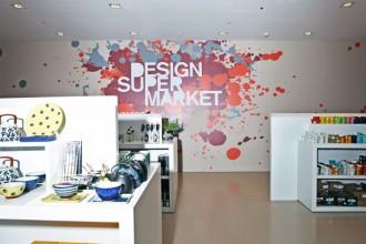 Su un muro del piano -1 il titolo del nuovo spazio: Design Super Market