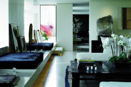Nell'appartamento newyorkese di Donna Karan la fluidità tra gli interni e l'esterno è assicurata da una grande mensola di travertino che sembra tagliare le vetrate per permettere al pavimento del terrazzo di proseguire all'interno della casa. Qui