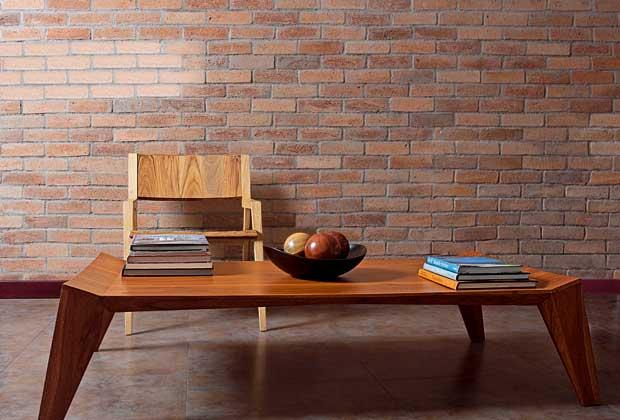 Lo studio di Claudia e Harry Washington a San Salvador. Tavolino Cavado in legno laccato. Come la sedia