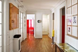 L'ingresso della casa di Parigi di Lucrezia De Domizio Durini. Sulla destra Opera unica di Joseph Beuys