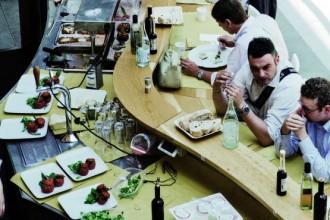 Il sinuoso bancone per la ristorazione di Eataly (www.eatalytorino.it)