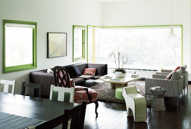 Il cuore della casa è il grande soggiorno-sala da pranzo esposto a sud