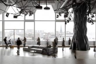 Il salone principale con albero in fibra di vetro