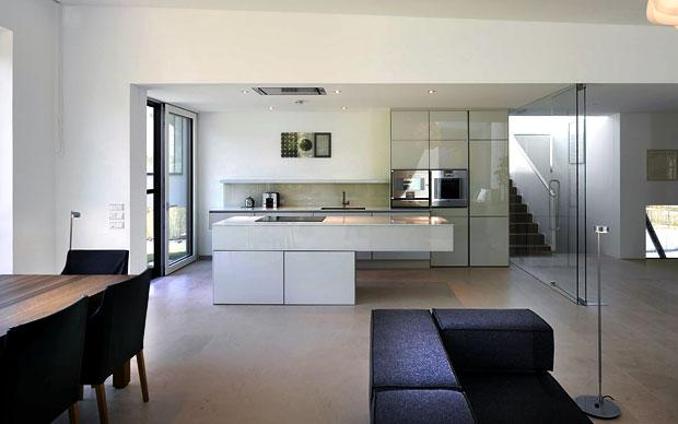 La cucina della casa a vista sul living e la sala da pranzo