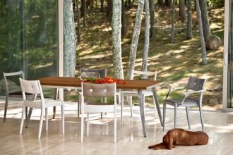 Le sedie di polipropilene della collezione Play 2012 di Philippe Starck contano diverse varianti: seduta intrecciata a mano o di legno