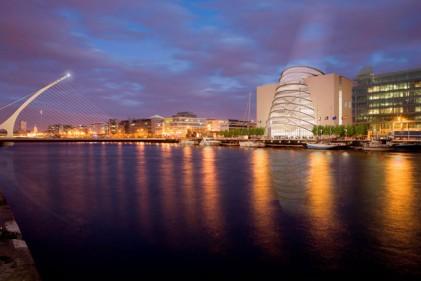 Una suggestiva veduta sul fiume Liffey che attraversa Dublino. La settimana del design week irlandese coinvolge tutte le maggiori città dell'isola