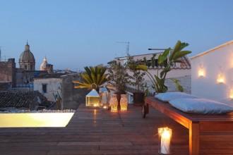 Un'immagine notturna della grande terrazza