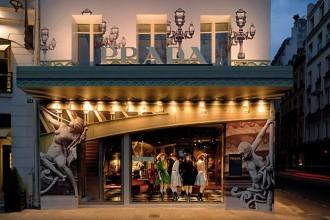 """Nuovo temporary store Prada a Parigi. Si inaugura una nuova """"era"""" per il concept dei negozi del brand. Declinare il luogo attraverso spazi carichi di atmosfera è la nuova parola d'ordine"""