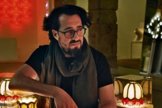 Ron Gilad fotografato con uno dei suoi pezzi più noti: la Miniteca