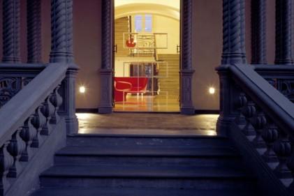 L'accesso alla villa in stile Liberty è fedele all'originale. In perfetto equilibrio con l'ingresso
