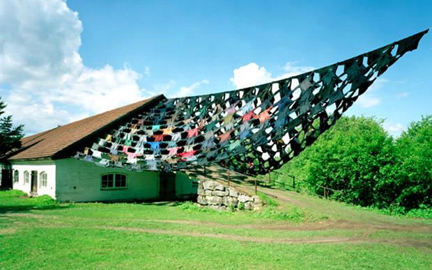 Una suggestiva immagine di una installazione di Kaarina Kaikkonen: Towards Light (2003). Giacche maschili ad Anttolanhovi