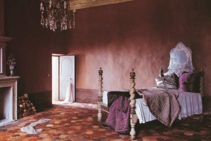 Nella stanza di questa villa francese tutto è di recupero: dal camino alla porta