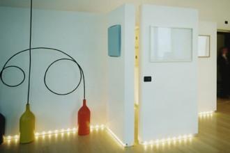 Particolarmente scenografica la scelta di sistmare le luci all'altezza del battiscopa. Le pareti