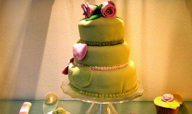"""Una splendida torta a tre piani con """"topping"""" verde di zucchero fondente inglese"""