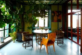 I colori e i materiali richiamano la tradizione russa delle case di campagna