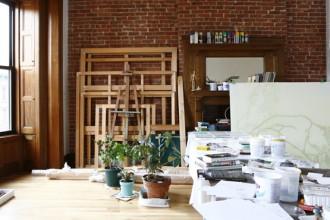 Lo studio di Ghada Amer in una vecchia palazzina di Harlem. La casa dove l'artista abita e lavora ha richiesto due anni di ristrutturazione per conservare parte degli arredi lignei interni
