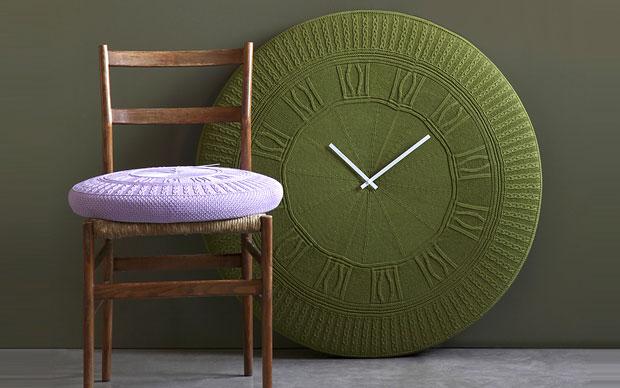 Sono in cotone lavorato a tricot gli orologi da pa rete Gomitolo (Ø cm 50