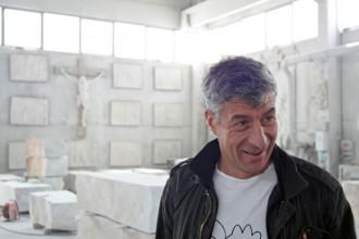 Uno dei protagonisti della Biennale di Scultura di Carrara è il noto artista italiano Maurizio Cattelan