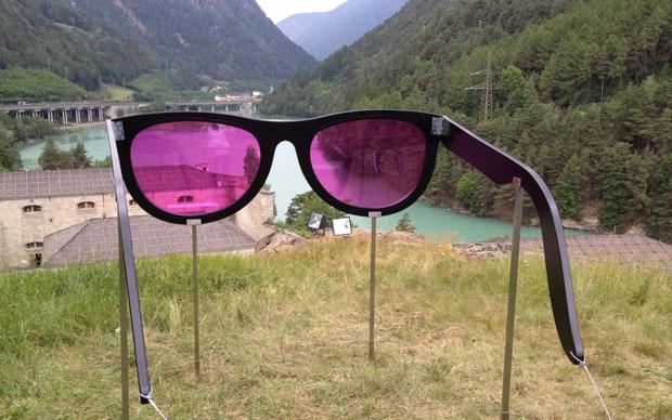 Un paio di grandi occhiali da sole posizionati nel punto panoramico del Forte guardano la valle attraversata dall'autostrada del Brennero. Il filtro delle lenti è rosa come il colore delle Dolomiti nell'opera In the pink di Carla Cardinaletti. Foto: Carla Cardinaletti