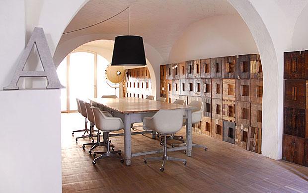 Il grande tavolo da lavoro e le poltroncine da ufficio