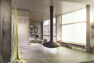 Il tetto dell'edificio progettato dallo studio Brandlhuber+ può essere sfruttato come terrazza. Al di sotto si intravedono le vetrate dell'attico in cui vive l'architetto Arno Brandlhuber: un volume la cui forma è stata definita dall'inclinazione dei raggi solari. Foto di Achim Hatzius