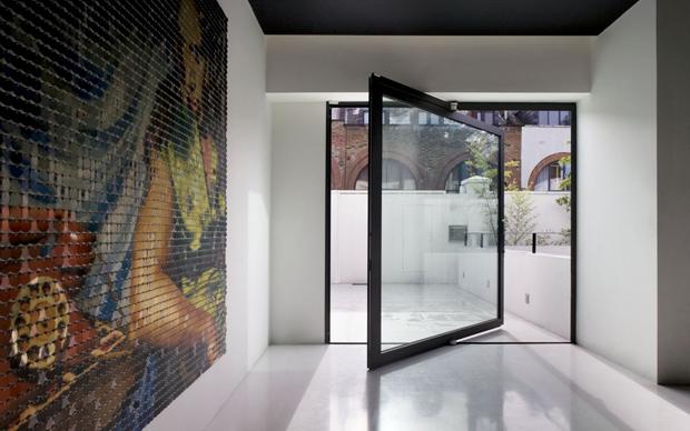 La mews house ristrutturata dallo studio AMA di Andy Martin. Nella foto sono ben visibili i tre livelli principali che si affacciano sul cortile interno